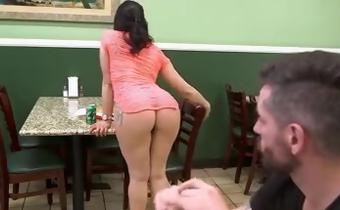 Puta de luxo peladinha no restaurante querendo pica